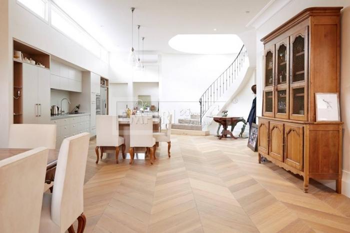 Dvouvrstvá dřevěná podlaha Dub CHEVRON, francouzsk vzor, bílý olej.
