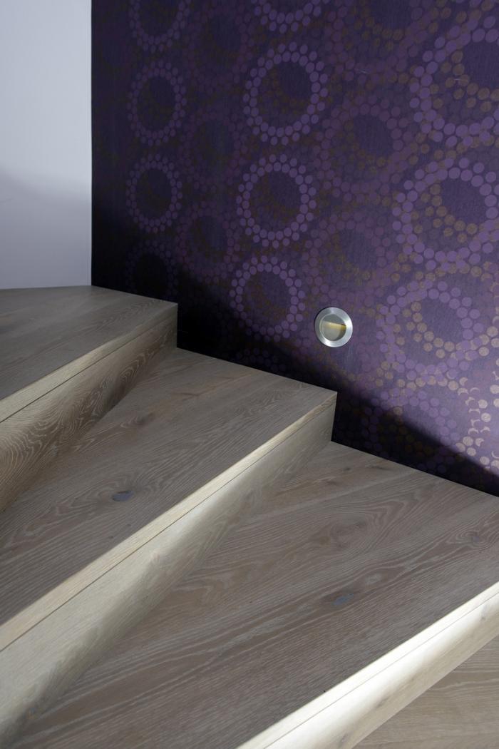 Obložení schodů, kobercový obklad s negativní spárou - Dub bělený OLYMP